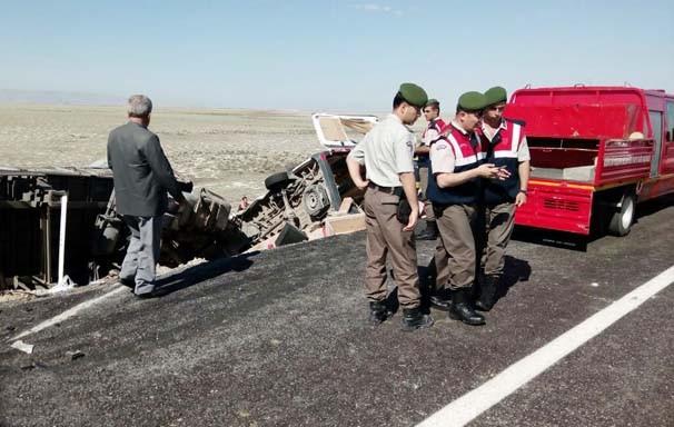 TIR ile minibüs kafa kafaya çarpıştı: 10 ölü