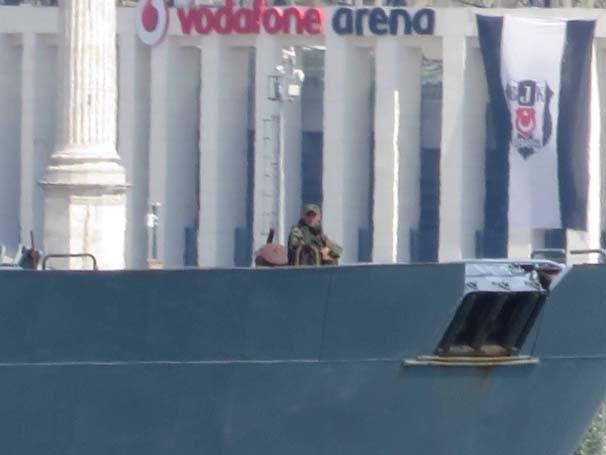 Rus gemisi Türk bayrağı çekerek geçti