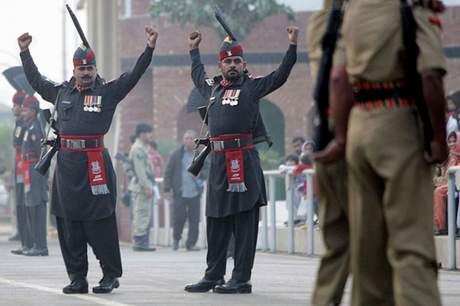 Hindistan ve Pakistan sınırında tören