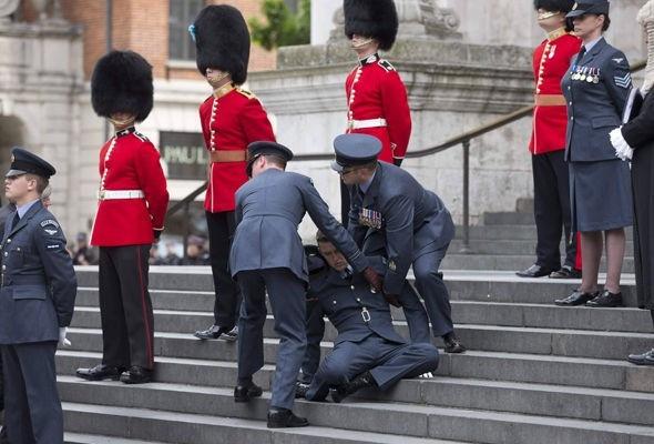 İngiliz asker, Kraliçe'nin doğumgünü kutlamalarında bayıldı