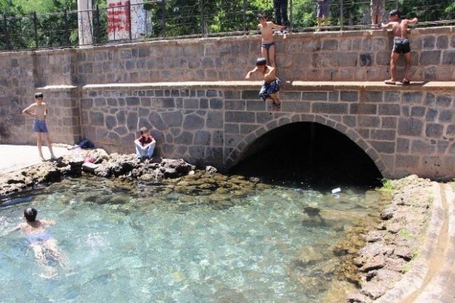 Cami ve süs havuzunda serinliyorlar
