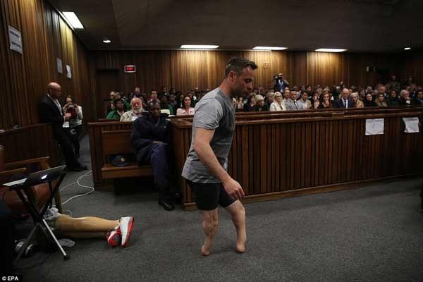 Mahkemede protezleri çıkarıp yürüdü