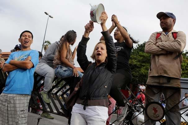 Venezuela'da halk marketleri yağmalıyor