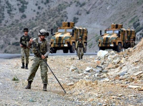 Asker didik didik  her yeri arıyor