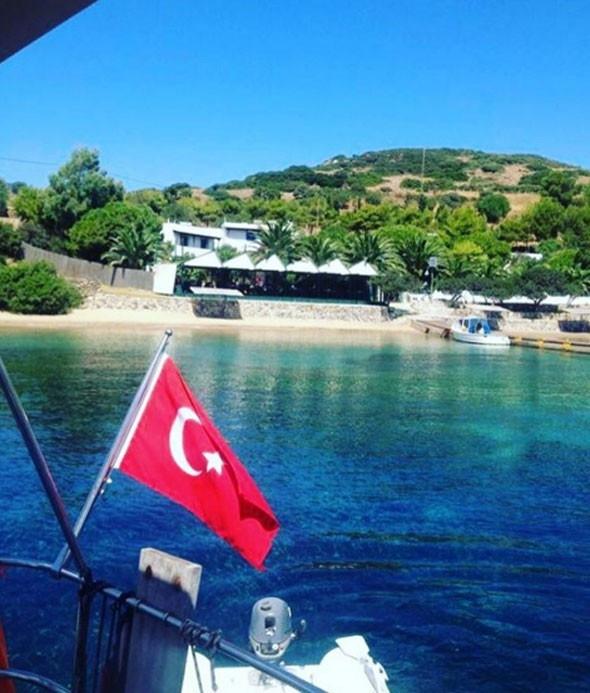 Özcan Deniz sevgilisi Buse Narcı ile tatilde
