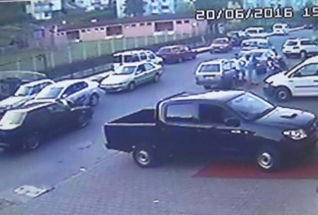Polisi arabanın üzerine alıp sürükledi