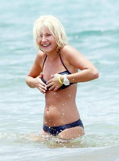 Elisha Cuthbert plajda yakalandı