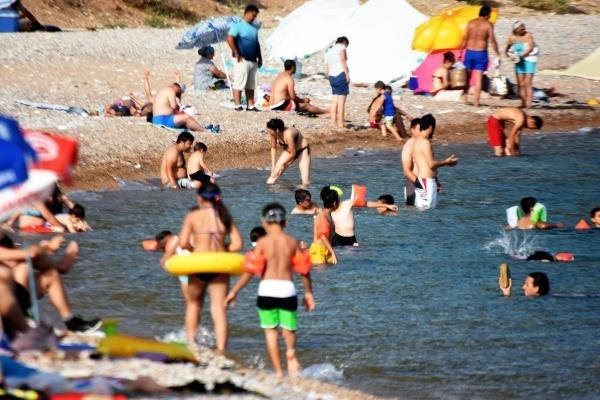Bodrum'da Sıcaktan Bunalanlar Denize Ve Havuza Koştu
