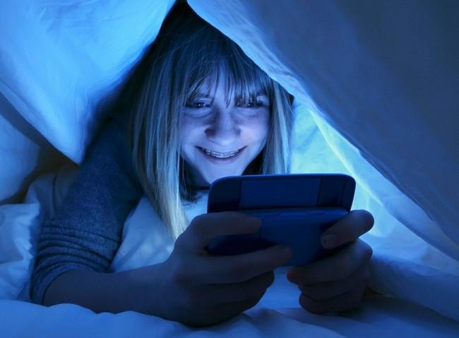 Karanlıkta telefon kullananlar dikkat! Gece yatmadan önce