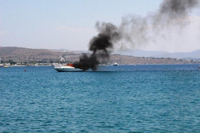 300 bin TL'lik motoryat alev alev yandı