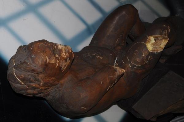İzmir metrosundaki heykel yine saldırıya uğradı