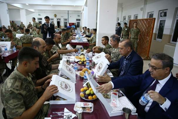 Erdoğan Silopi'de askerle iftar yaptı