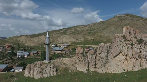 Cami ayrı minare ayrı yerde