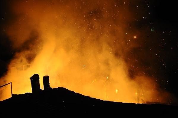 Boş bina alev alev yandı