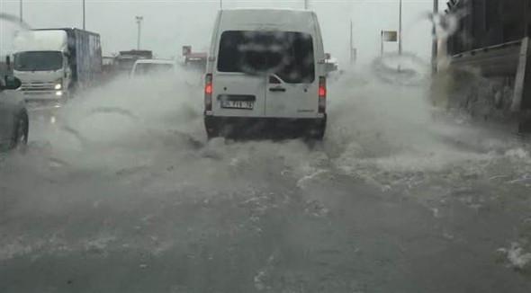 İstanbul'da sağanak yağış hayatı felç etti !
