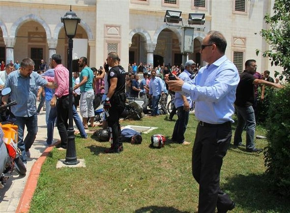 Adana'da cuma namazında canlı bomba paniği