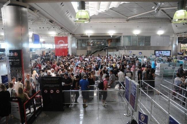 Atatürk Havalimanı'nda tatil yoğunluğu