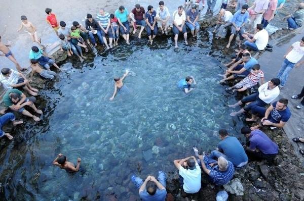 Sur'da sıcaklar bunalttı, vatandaş Anzele'ye koştu
