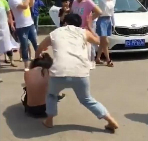 Kocasının metresine meydan dayağı attı!