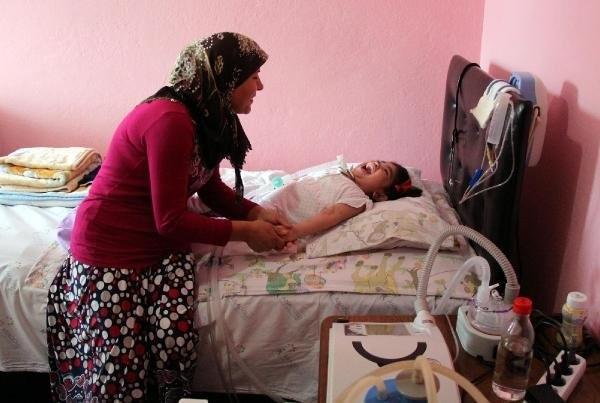 Doktorların 2,5 yıl ömür biçitiği kızını sevgiyle yaşatıyor