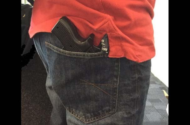 Havalimanına 'silahla' girdi !