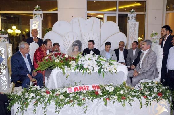Düğüne gelenler Dolar yarışına girdi