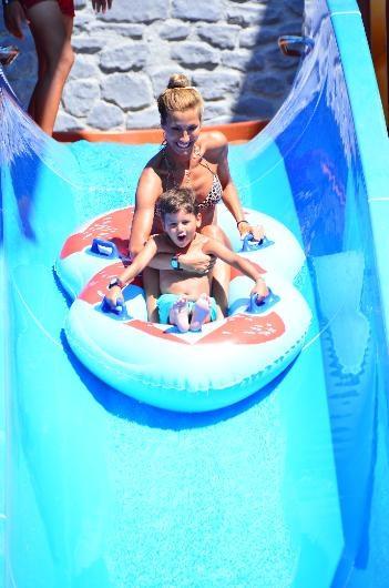 Çağla Şıkel oğlu Uzay ile su parkında eğlendi