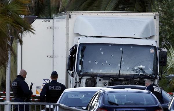Saldırıda kullanılan kamyonun camına dikkat !