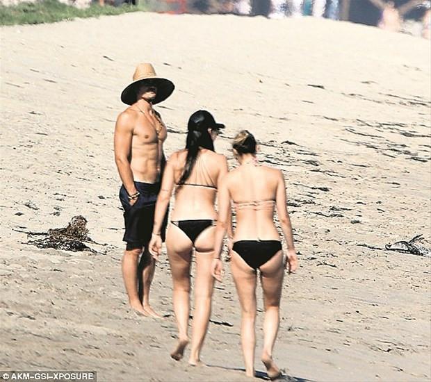 Orlando Bloom sahilde çapkınlık yaparken yakalandı
