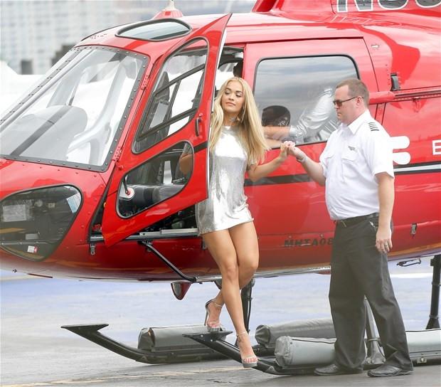 Helikopterden inerken iç çamaşırı gözüktü