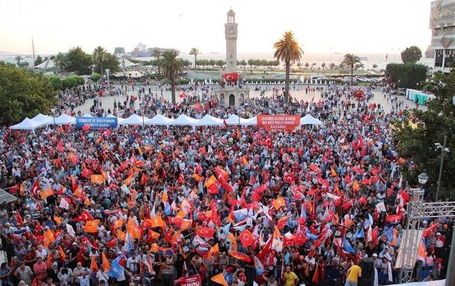 Türk milleti demokrasi nöbetinde!