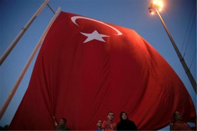 Bayrakla fotoğraf çektiriken havalandı !
