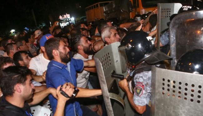 Ermenistan'da çatışma ! Gözaltı ve yaralılar var