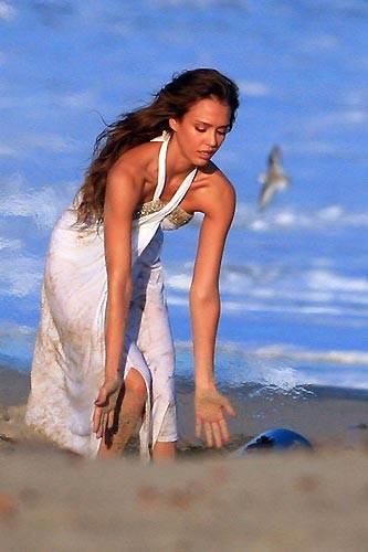 Jessica Alba poz verirken paparazzilere yakalandı