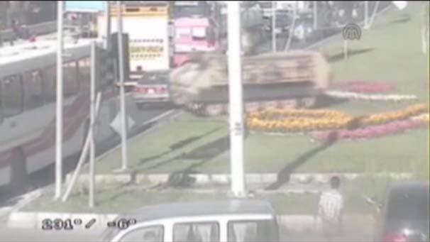 Zırhlı araç yola böyle daldı !