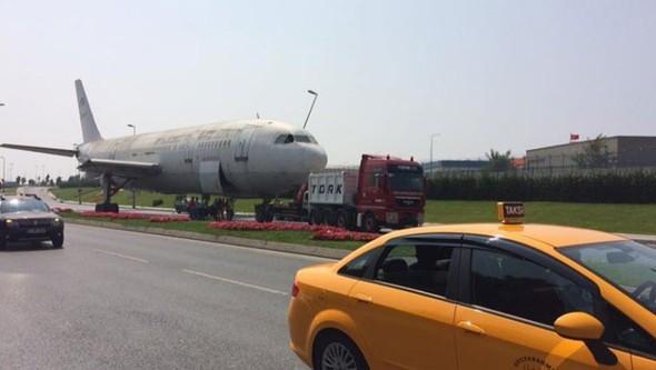 Yolda uçak görenler şaştı kaldı !