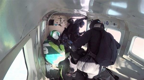 7 bin 620 metreden paraşütsüz atladı