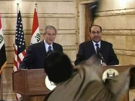 Bush'a ayakkabısını fırlattı