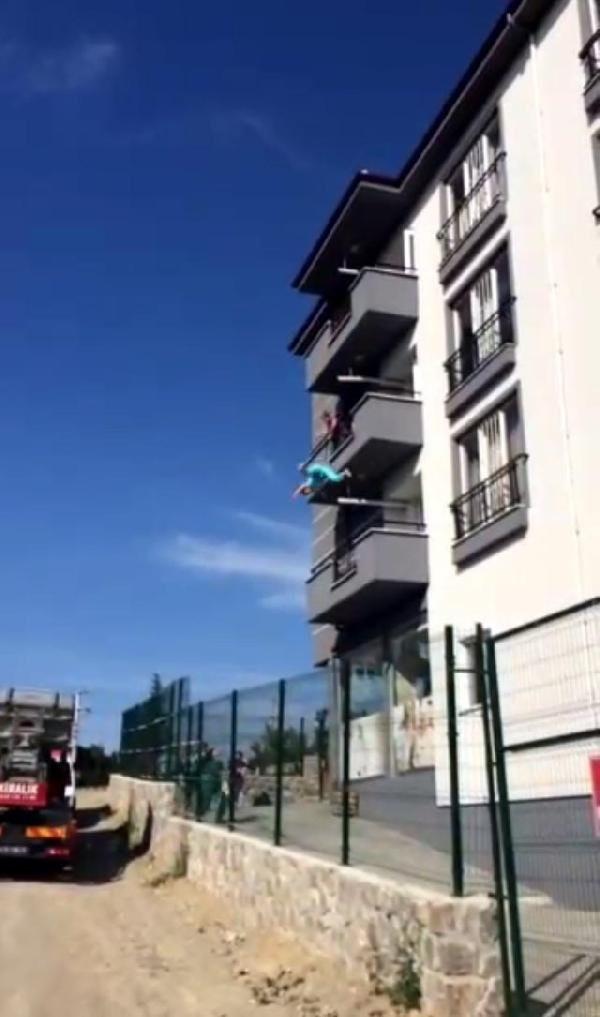 3. kattan atlayan kadın, gencin üzerine düştü