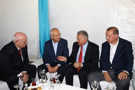 Liderler miting öncesi sohbet etti