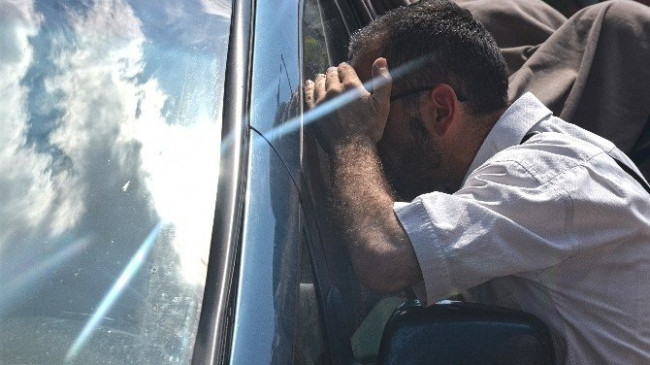 Çocuğu arabada mahsur kaldı, camı kırmaya kıyamadı