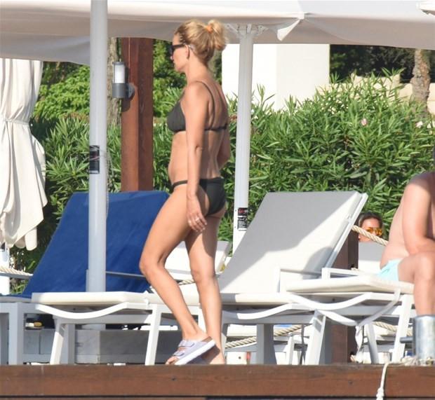 Esra Erol bikiniyle görüntülendi