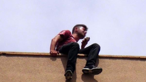 Onlarca kişinin gözü önünde 5. kattan böyle atladı