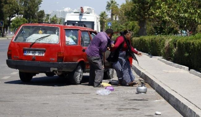 Yol ortasında kadına şiddet
