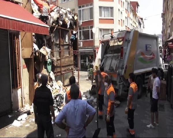 Kadıköy'de bir binadan 10 kamyon çöp çıktı