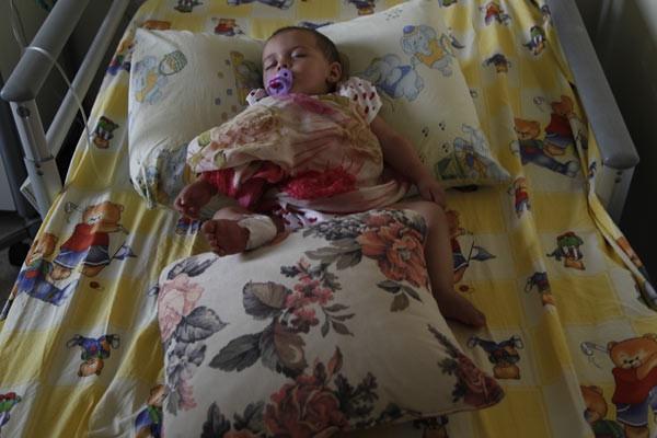 Patlamada ölen annesinin tülbentiyle uyuyor