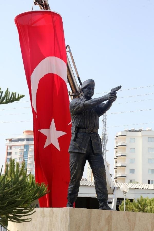 Ömer Halisdemir'in heykeli dikildi