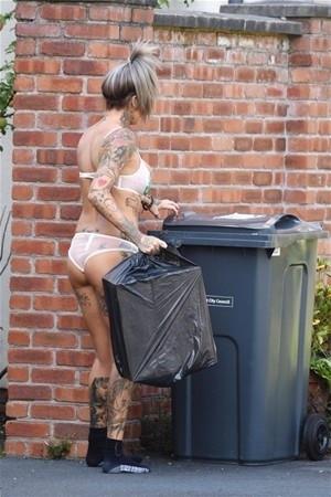 Çöp atmaya bu kıyafetle çıkınca...
