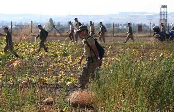 Darbeci askerler malzemelerini tarlada bırakıp kaçtı