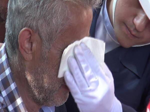 Şehit babasının gözyaşlarını sildi